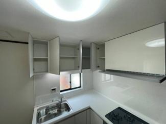 キッチンには吊戸棚も。使用頻度の少ない調理器具を仕舞えます。