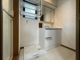 明るい光が入る窓があり、通気性に優れた洗面所です。