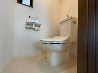 換気と明るさに配慮した清潔感溢れるトイレ。