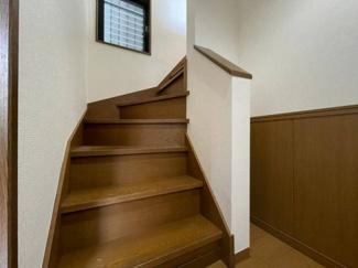 階段には手すりが設けられている安心の設計。