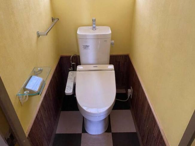 落ち着いた色調のトイレ~温水洗浄便座付き