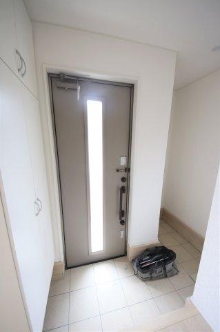 1号棟 収納もある玄関です