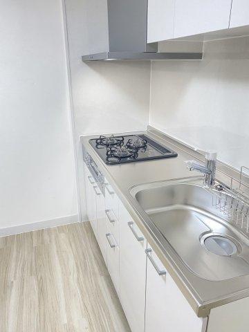 壁付タイプのキッチンは無駄な空間が無く、食器類の持ち運びもスムーズです♪ 吊戸棚もあり、調理器具も整頓しやすいです