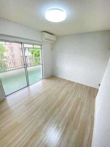 バルコニーに面した明るいお部屋。この部屋にはエアコンが設置済みなので、入居してすぐから快適に生活していただけます♪