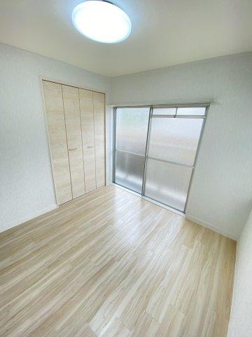 4.5帖のお部屋。2面窓から室内に多く光を取り入れております♪収納スペースも設けられているため、居住スペースは広くお使いいただけます