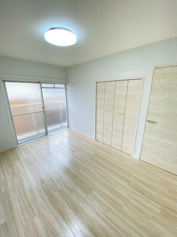 東側の6帖の洋室。収納スペースがたっぷりあるので、部屋を広々と使えてストレスなく過ごせます