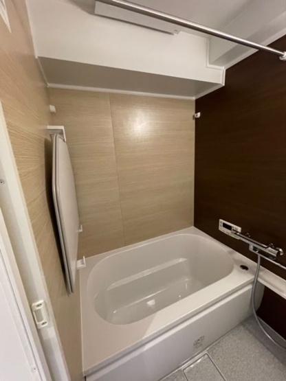追い焚き機能が付いた経済的なお風呂に交換済みです。お風呂場の壁も一部暗めの壁紙を使用して、気持ちを落ち着かせる雰囲気になっています