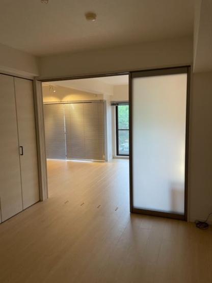 洋室はリビングと引き戸でつながっているので、開け放した時に空間の邪魔をしません