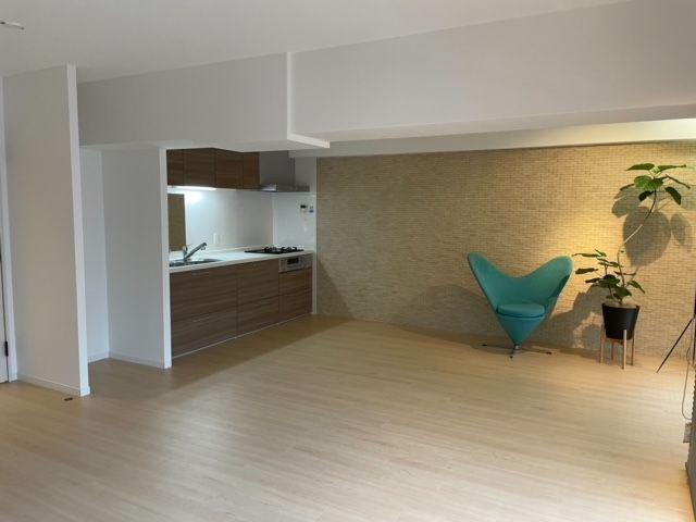 壁付タイプのキッチンで空間をいっそう広く! 大きなダイニングテーブルも、ソファやテレビも自由にレイアウト。 インテリアを考えるのが楽しくなりますね!