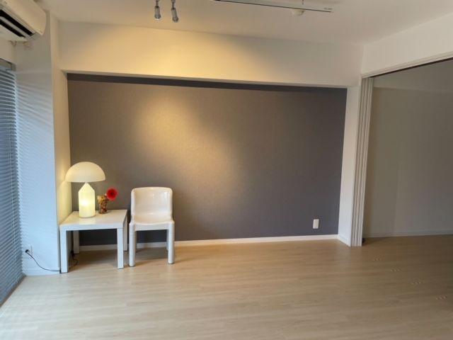 壁は一部クロスの色調を変えて、大人っぽい雰囲気になっています。 間接照明がゆったりとしたムードを盛り上げてくれます♪