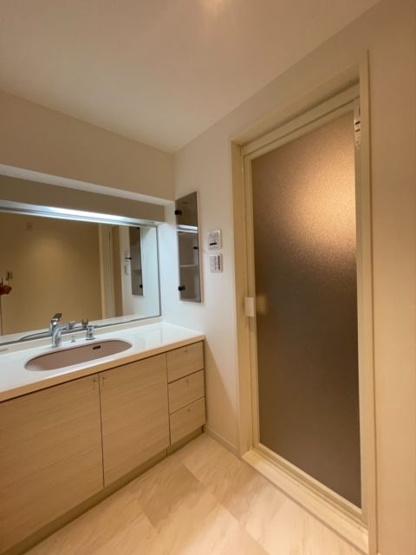 何人か並んでもスムーズに使えるワイドなつくりの洗面台。 洗面台下部や鏡横など、収納も充実しています
