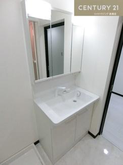 シャンプードレッサー付三面鏡洗面化粧台です。 朝の身支度などもスムーズに行えそうですよね。