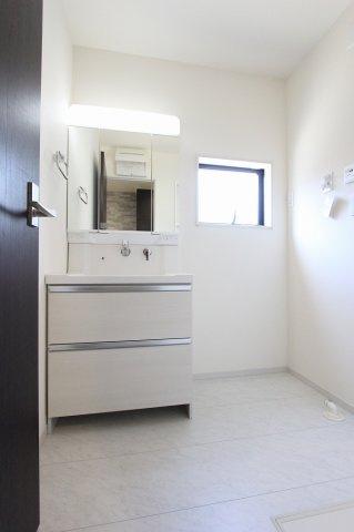 独立洗面台、小物を置くことができて便利です:建物完成しました♪♪毎週末オープンハウス開催♪三郷新築ナビで検索♪