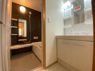 ホワイトを基調にまとめた洗面所。シャワー付きの洗面台です。