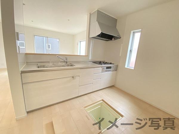 対面キッチンでリビングの様子を見ながら家事ができます。キッチンに窓があるので換気も◎床下収納付き。