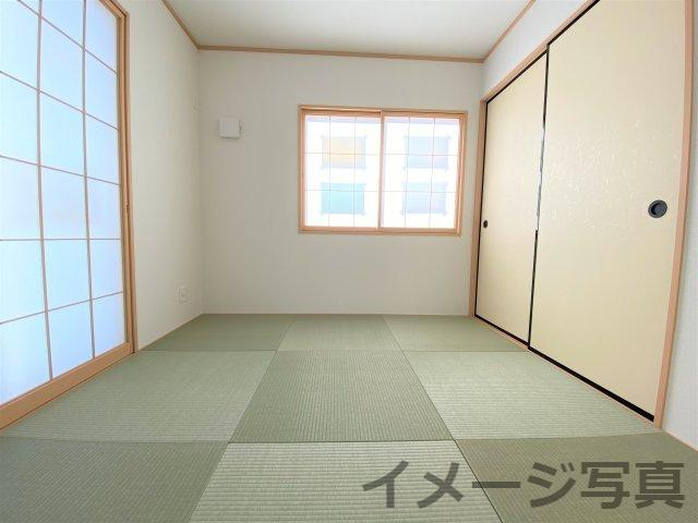 客間はもちろん、洗濯物を畳んだり、お子様の遊ぶスペースにしたり大活躍。リビング隣和室設計で空間広々♪
