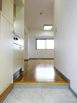 玄関から室内への景観です!キッチンの奥に洋室9.7帖のお部屋があります♪