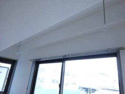 洋室9.7帖のお部屋にある室内物干しです!雨の日やお出掛け時の室内干しにとても便利☆花粉や梅雨の時期に重宝しますね♪