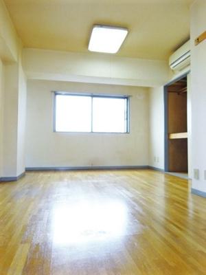 東向き角部屋二面採光洋室9.7帖のお部屋です!エアコン付きで1年中快適に過ごせますね☆