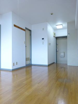 東向き洋室9.7帖、窓側からの眺めです!クローゼットを完備しているのでお洋服の多い方もお部屋が片付いて快適に過ごせますね♪