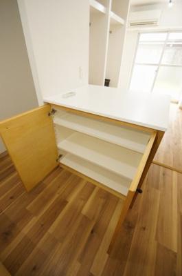 キッチン部分に収納棚つきカウンターがあります
