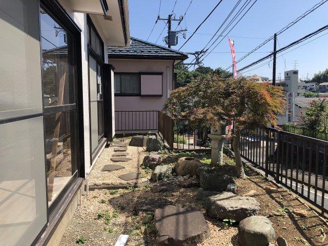 陽当たりのよいお庭。前面道路と高低差があるので、人目を気にせずお庭でゆっくり過ごせます。