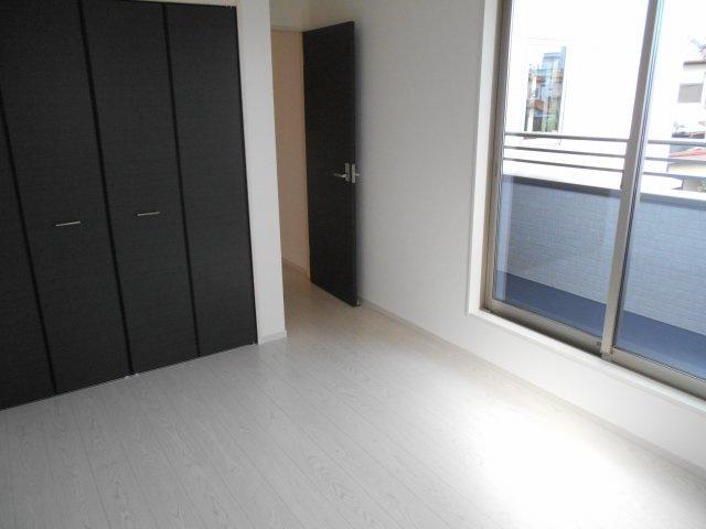 2階西側洋室(6.5帖) バルコニーに出入りできます