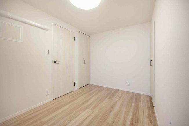 中野第三コーポ:約5.2帖の洋室1は収納が2つ付いたお部屋です!