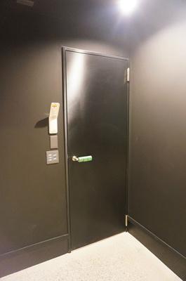 カーボン柄がおしゃれなガレージから室内への扉(イメージ画像)