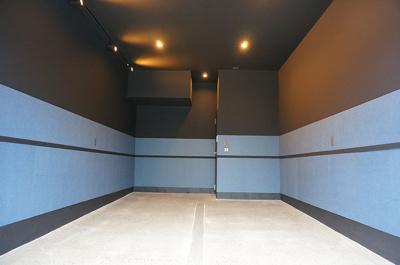 ガレージ内の壁には防音・吸音効果が高いフェルメノン設置済み。車庫入れ時の視認性や車両への傷つき防止にも役立ちます!
