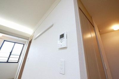 お部屋の中にいながら外の様子もよくわかります。モニター付きインターホンです。