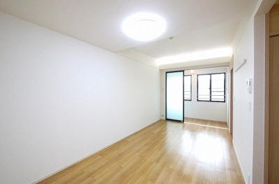 テレビやテーブルを置いてもゆとりある広さのお部屋です。