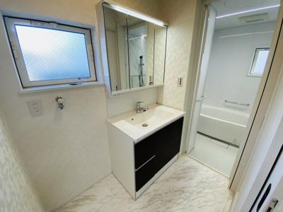 【施工例】LEDの照明を採用、シャワー水栓付きで、朝の身だしなみも3面鏡でチェック
