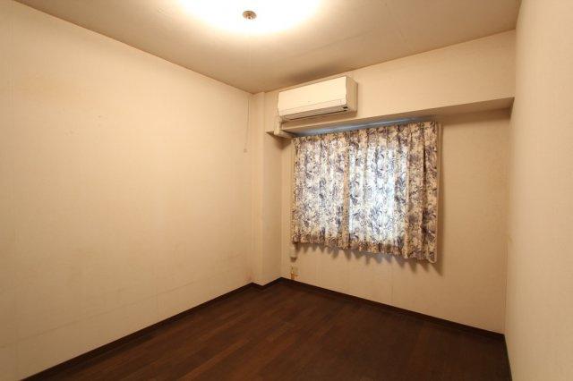 こちらの洋室にはエアコンが標準装備で、新生活がすぐにスタートしやすいですよ。照明器具も付いており、引っ越してからの余分な費用が抑えられるのも嬉しいですね。