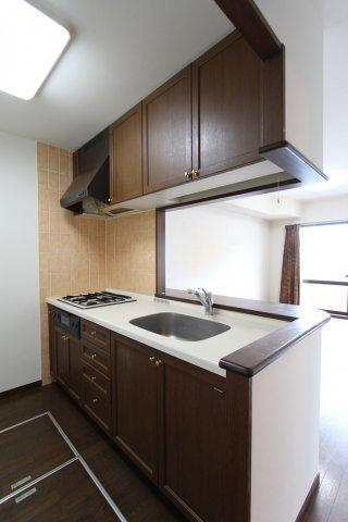 落ち着いたブラウンのキッチンは吊戸棚や床下収納があり、備蓄や調理器具、食器などすっきりとしまっておけますよ。3口コンロでお料理も効率よくできますね。
