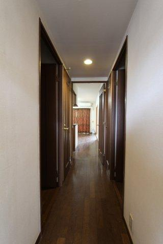 廊下の照明はダウンライトで天井もスッキリとしています。リビングに繋がる扉を開放すればバルコニーの窓と一直線なので空気の入れ替えもできますね。