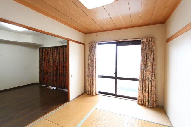 柔らかい畳の敷かれた和室はお子様が転んでもケガをしにくいので安心ですよ。暖かな日差しもそそぎ込むので、お昼寝するのも気持ちがよさそうですね。
