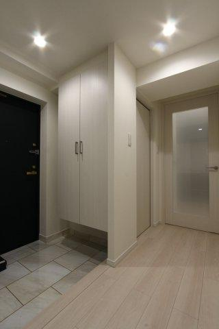 間口の広い玄関スペースは、お部屋全体のゆとりを感じさせてくれます。  大容量のシューズクロークも嬉しいですね。