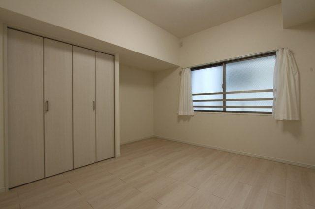 6帖の洋室が2部屋ございます。白を基調とした洋室は、居心地の良いスッキリとした空間となっております。