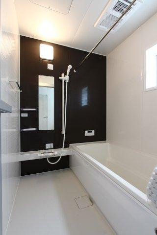 浴室換気乾燥機が設備されており、カビを防ぎ、冬は寒い日に温めておく事もできます。雨の日や梅雨の時期は、上部の物干しが大活躍。身体を癒す広々とした浴室です。