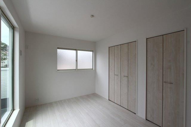 主審室は7.7帖とゆったりとした間取りとなっております。光を取り込む2面採光で明るいプライベート空間を感じられますよ。