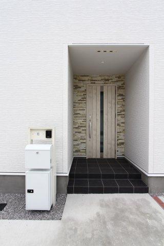 TV付きインターホンを採用しておりセキュリティ面も安心です。おしゃれな玄関ドアと整備されたエントランス。外出時も便利な宅配BOX付き。
