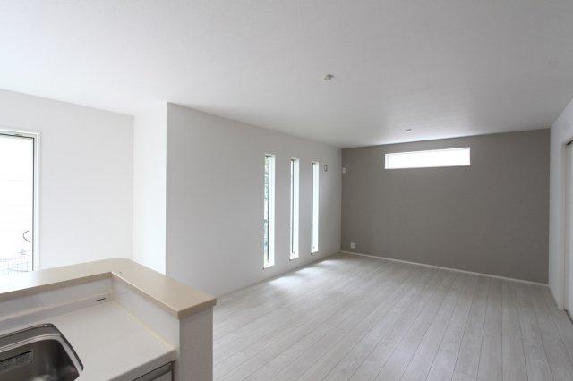 アクセントカラーがおしゃれな雰囲気を作り上げているLDK 白を基調とした建具だったり、こだわりを感じられる空間に。