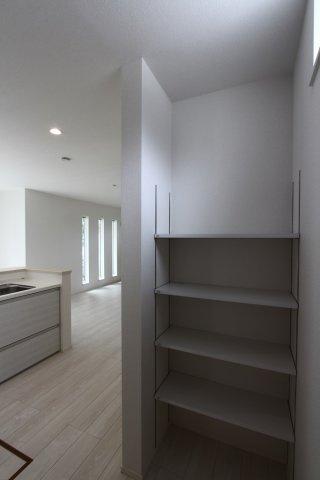 キッチン後方には、パントリーを採用。ストックを置いたり、使う頻度が低いカトラリーを収納したり整理整頓も楽々ですよ。
