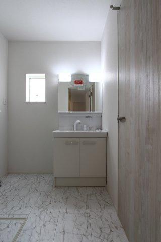 収納スペースが豊富の独立洗面台は、使い勝手が良くすっきりした空間に。小窓も付いており採光や換気にも役立ちますよ。