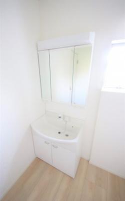 1号棟 独立洗面台あり、毎朝おしゃれに忙しい女性の方におすすめです
