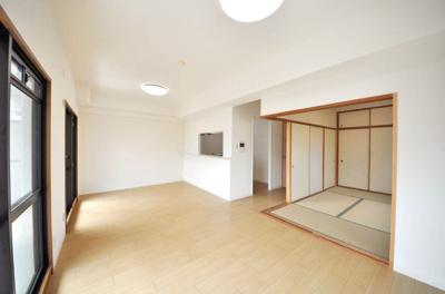 LDKと和室をあわせてご使用いただける間取り!襖を開放することにより、約21.8帖に空間になります♪