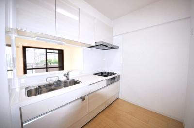 お料理中も家族間のコミュニケーションが取りやすい対面式キッチンを採用。浄水器を搭載しております。