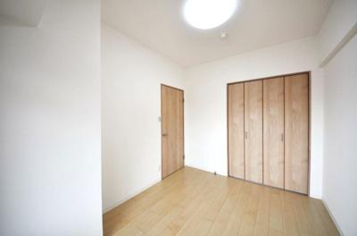 約5.5帖の洋室です。壁・天井のクロスやフローリングを張替えし、綺麗な内装に生まれ変わりました♪