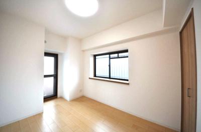 バルコニー+出窓を設置しているため採光良好です!出窓をディスプレイスペースとしてご活用いただけます♪